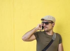 een stedelijke man met een telefoon op straat foto