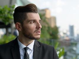 portret van knappe zakenman buitenshuis foto