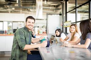 zakenman in cafetaria tijdens werkpauze foto