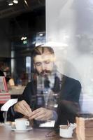 hipster zakenman op pauze voor een kopje koffie foto