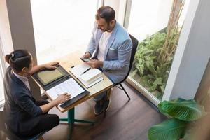 boven het oog van serieuze zakenpartners met bijeenkomst in café