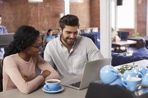 zakenman en zakenvrouw op informele bijeenkomst in kantoor foto