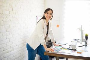 gelukkige vrouwelijke ontwerper op het werk foto