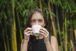 vrouw koffie drinken buitenshuis foto