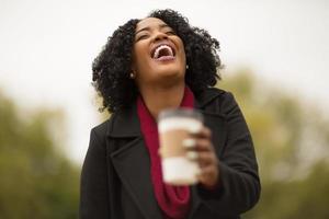 vrouw overhandigt u een kopje koffie.