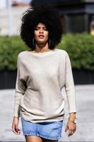portret van aantrekkelijke afro vrouw in de straat foto