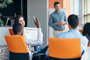 zaken, opstarten, presentatie, strategie en mensenconcept - mens die presentatie maken aan creatief team op kantoor foto