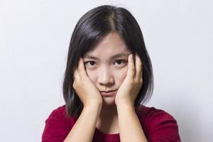 vrouw heeft hoofdpijn, geïsoleerd op een witte achtergrond foto