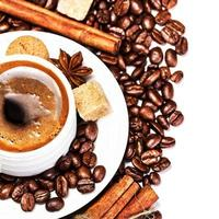 koffiekopje en bonen geïsoleerd op een witte achtergrond foto