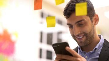 zakenman die mobiel gebruikt om meer ideeën te krijgen foto