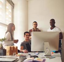 groep jonge volwassenen bij kleine bedrijven foto