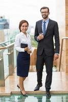 mensen uit het bedrijfsleven op het dak van het kantoor foto