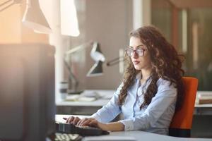 vrouw ondernemer bezig met haar werk op kantoor. foto