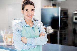 lachende serveerster in café foto