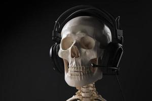 skelet met koptelefoon praten