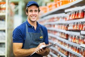 ijzerhandel winkelier tellen voorraad foto