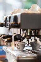 professionele koffiemachine die espresso maakt. foto