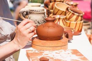 schilderen van klei serviesgoed