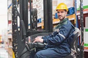 bestuurder heftruck machine in magazijn foto