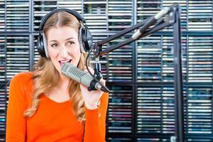 vrouwelijke presentator in radiostation op lucht