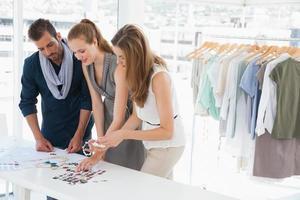 modeontwerpers bespreken ontwerpen in studio foto