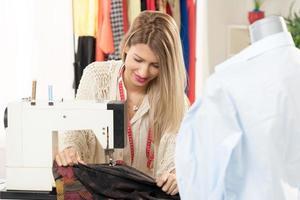 jonge modeontwerper naaien