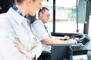 bus- of touringcarchauffeur en toeristische gids foto