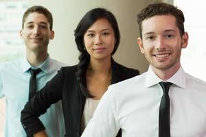portret van vertrouwen in multi-etnisch business team foto