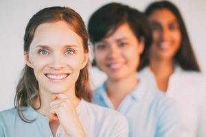 portret van glimlachende jonge vrouwelijke ondernemers in rij