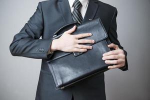 zakenman met werkmap in de hand foto