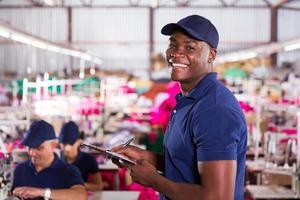 Afrikaanse textielfabriek werknemer in productiegebied foto