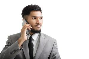 een yong-zakenman gebruikt smartphone foto