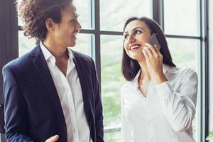 gelukkige vrouw praten over de telefoon op zakelijke bijeenkomst foto