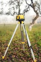 meten van meetapparatuur niveau theodoliet op statief foto
