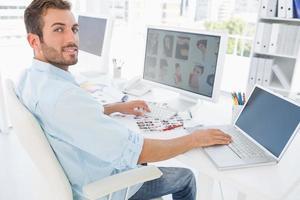 mannelijke foto-editor werkt op de computer