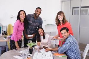 lachende mensen uit het bedrijfsleven aan balie foto