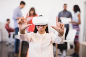zakenvrouw gebaren tijdens het gebruik van vr-bril foto