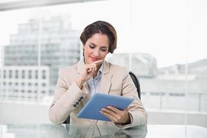 zakenvrouw lacht en met behulp van haar digitale tablet foto