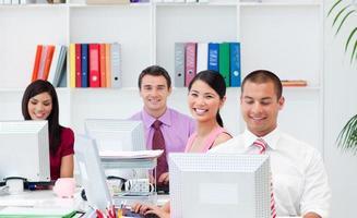 positieve zakenmensen die op computers werken foto