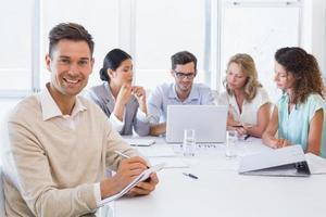 casual zakenman het maken van aantekeningen tijdens de vergadering foto