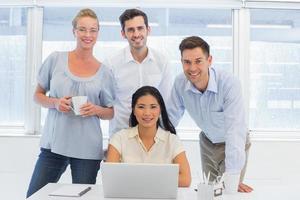 casual business team met behulp van laptop samen aan balie foto
