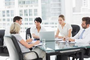 goed geklede zakenmensen in discussie op kantoor foto