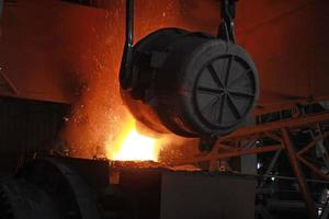 roodgloeiend gesmolten staal foto