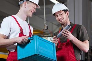 lachende fabrieksarbeiders foto