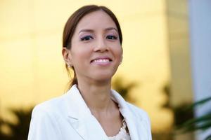 portret van jonge gelukkig hispanic zakenvrouw foto