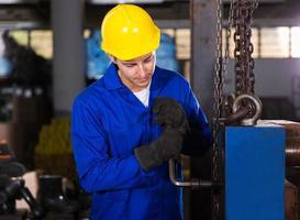 fabrieksarbeider aanpassen machine foto