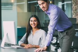 zakenman vrouwelijke collega helpen met probleem foto