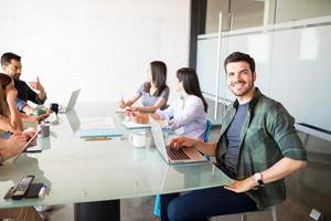 zakenman met collega's in de vergaderzaal foto