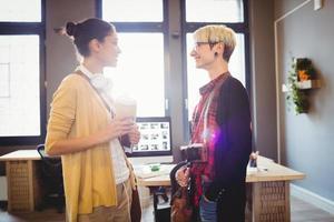 grafisch ontwerpers glimlachen terwijl praten foto