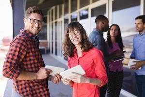 portret gelukkige mensen uit het bedrijfsleven bespreken in balkon foto